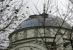 Fırtına minaresiz kalan caminin kubbesindeki kaplamayı uçurdu