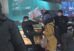 Taksici ile kadın turistin şemsiye ve tekmeli kavgası kamerada