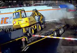 Tren hemzemin geçitte iş makinesi taşıyan TIRa çarptı