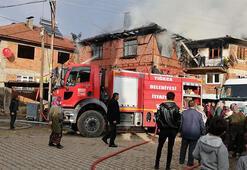 Ahşap ev çatıdaki elektrik tesisatı kısa devre yapınca yandı
