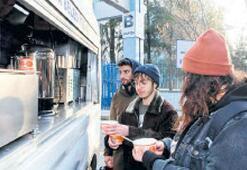 Belediyeden sıcak çorba ve çay ikramı