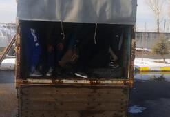 Çanakkalede 25 göçmen kamyonette yakalandı