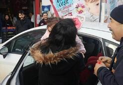 Otomobilde mahsur kalan bebek böyle kurtarıldı