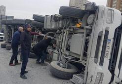 Son dakika haberi... TEM bağlantı yolunda kamyon devrildi Trafik kilit