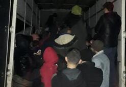 Kamyonet kasasından 65 kaçak göçmen çıktı