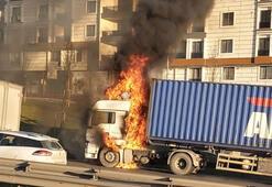 Son dakika İstanbulda TIR yangını Trafik kilit...