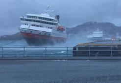 Rüzgardan savrulan yolcu gemisi rıhtıma çarptı