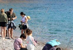 Antalyada sıcak havayı fırsat bilenler sahillere akın etti