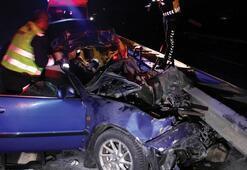 Önce kamyona sonra bariyerlere çarpan otomobilin sürücüsü öldü