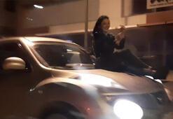 Şok görüntü Ön kaputa oturttuğu kadın ile trafiğe çıktı