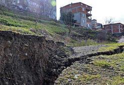 Heyelan yaşanan arazide derin yarıklar oluştu