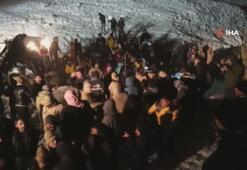 Çığın altında kalan minibüsteki 5 kişi sağ kurtarıldı