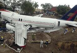 Mısır yolcu uçağı pist dışına çıkıp taksiye çarpmıştı