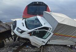 Hemzemin geçitte kaza Kamyonete yük treni çarptı