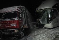 Yolcu otobüsü TIRa çarptı