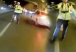 Dehşet anları Motosikletli, polisin üzerine sürüp kaçtı
