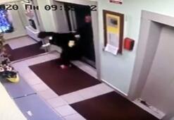 Otel müşterisi, temizlikçi kadını asansörden dışarı fırlattı