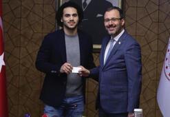 Bakan Kasapoğlu, Shane Larkine Türkiye Cumhuriyeti kimliği verdi