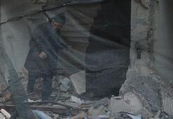 Bahçelievlerde hasar gören evden zabıta eşliğinde eşyalarını alıyorlar