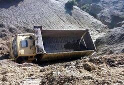 Toprak yol çöktü, kamyon yan yattı: 2 yaralı