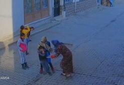 Anne oğlunu sokak ortasında evire çevire dövdü