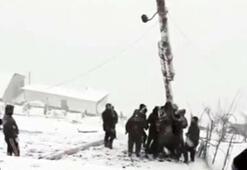 Devrilen elektrik direğini kaldırmaya çalışan köylüler canından oluyordu