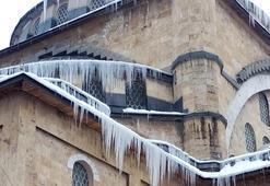 Camide oluşan buz sarkıtları sanatsal görüntüler oluşturdu