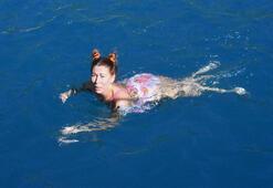 Antalyada Rus turistler kış ortasında deniz keyfi yaptı