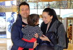 Azra Akın ve ailesi alışveriş turunda