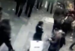 Çiçek alan kadının telefonunu çalan zanlılar tutuklandı
