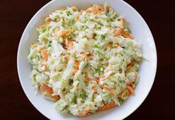 Fast food restoranlarında servis edilen Coleslaw salatası