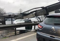 TIR devrildi, sıfır kilometre araçlar hurdaya döndü