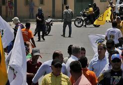 Venezuela'da Guaidoyu protesto eden grup ve taraftarları arasında arbede yaşandı