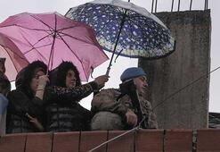 Asker ıslanmasın diye şemsiye tutmuştu... Duygulandıran karenin hikayesi