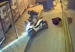 Dikkatsiz motosiklet sürücüsünün otobüsten inen kadına çarptığı anlar kamerada