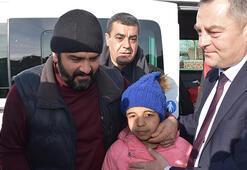 Yunanistan sınırında ailesini kaybeden 12 yaşındaki Afgan Menice babasıyla buluştu