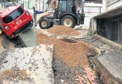 Aşırı yağmurda asfalt çöktü