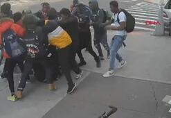 New Yorkta 20 kişi bir genç kızı sokak ortasında dövdü