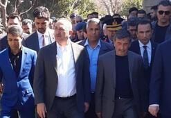 Bakan Çavuşoğlundan şehit ailesine taziye ziyareti