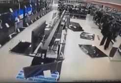 Putine sinirlenip çekiçle mağazadaki televizyonları kırdı