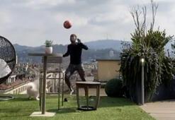 Douglas Costa tecrit zamanlarını köpeğiyle top oynayarak geçiriyor