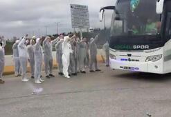 Kocaelisporlu taraftarlardan koruyucu elbise ve maskeli karşılama