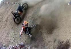 Antrenman yapan motosikletlilerin kaza anı kask kamerasına yansıdı