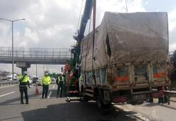 TEMde kamyonet devrildi Trafik durma noktasına geldi