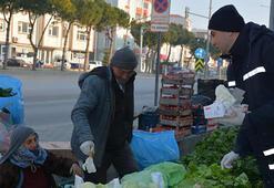 Lapsekide halk pazarında esnaf ve vatandaşa eldiven dağıtıldı