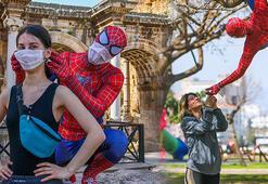 Antalya'da maske dağıtan Örümcek Adam şaşkınlık yarattı