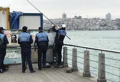 Üsküdarda bariyerlerin arkasına saklanıp balık tutmak istedi, zabıtaya yakalandı
