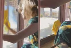 Eva Mendes piyano müziği eşliğinde cam sildi