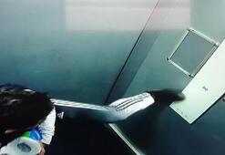 Tepki çeken görüntüler Asansör düğmesine ayağıyla bastı