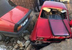 Otomobil yolda açılan çukura düştü, sürücü yaralandı